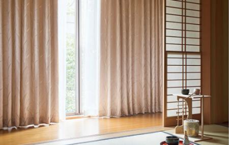 和室に淡いピンクのカーテン