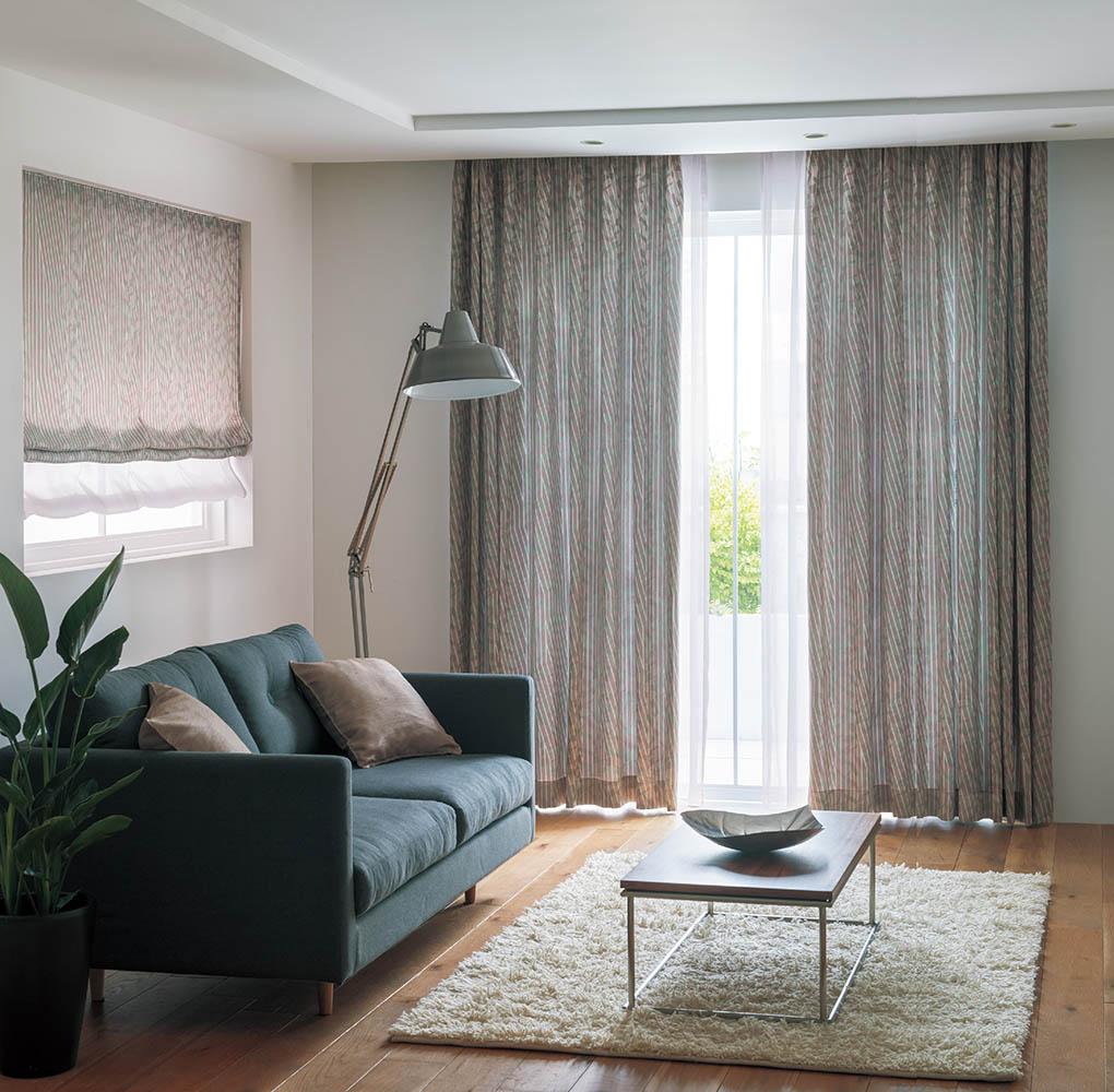 カーテンとシェード ソファとカーテン
