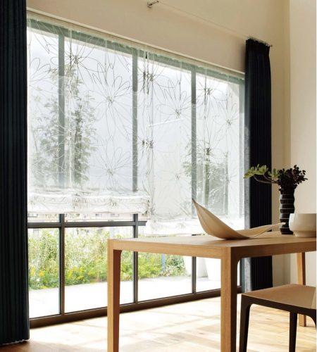 大きな窓 開放感 シェードとカーテン